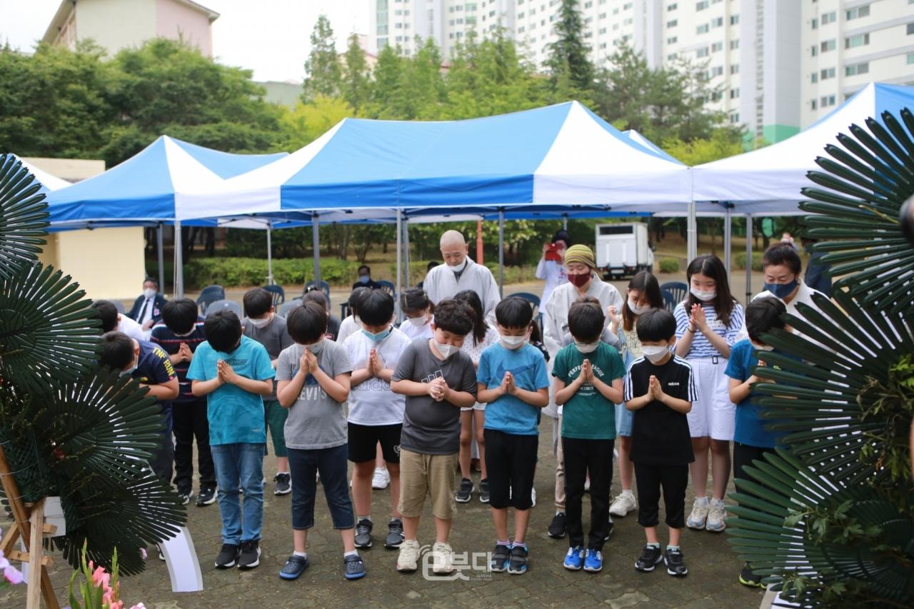 순국선열과 호국영령에 대해 묵념하는 용수초 학생들
