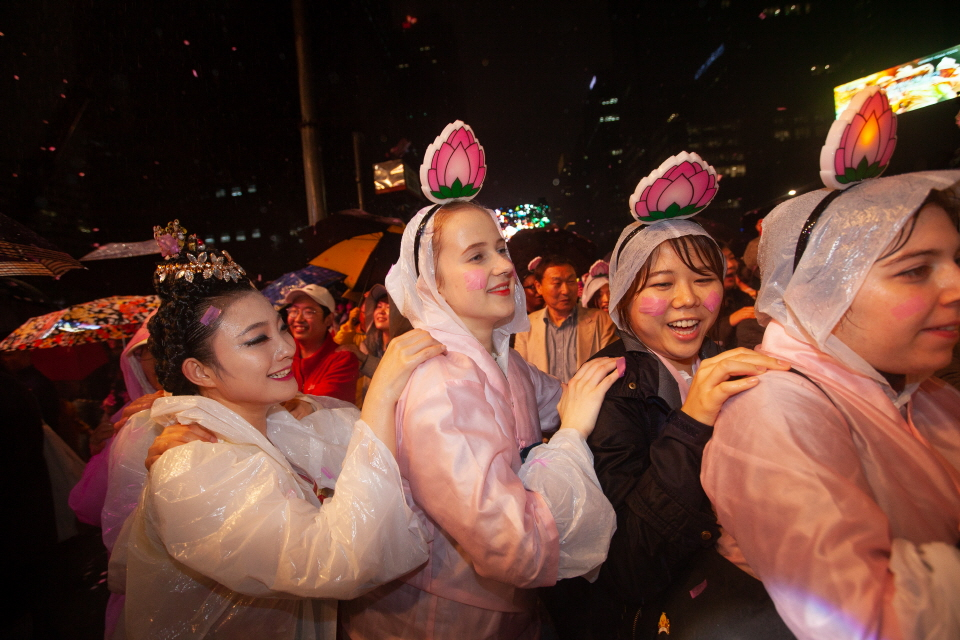 연등회를 즐기는 외국인들 (사진=연등회)